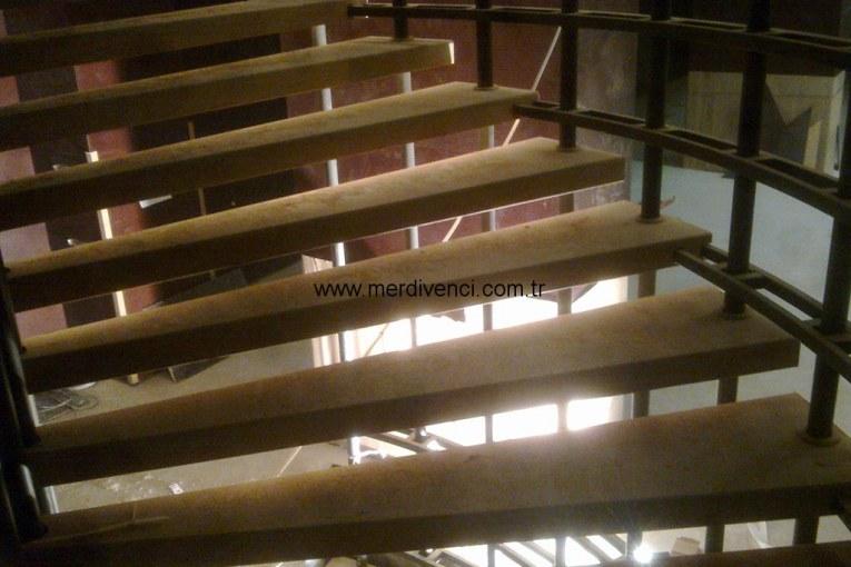 Demir Kaplama Ahşap Merdiven
